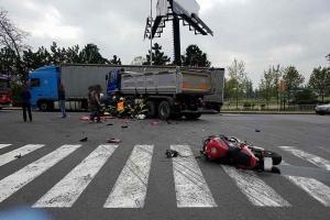 Těžká nehoda u nadjezdu pardubického Parama. Odnesl to motorkář