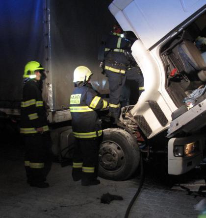 Náklaďák začal hořet, zrovna když stál na benzínce. Řidič rychle zareagoval