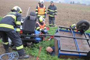 Hasiči vyprošťovali muže, v Záhorovicích skončil pod návěsem traktoru