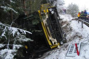 V Třebechovicích pod Orebem havaroval autobus, převrátil se do příkopu