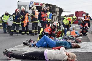 Cvičení prověřilo zásah složek IZS při hromadné dopravní nehodě na dálnici
