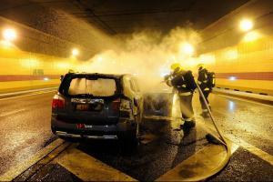V pražském Dejvickém tunelu hořelo auto. Opět technická závada
