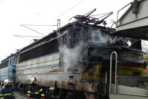 Požár lokomotivy u Čáslavi omezil provoz na hlavním tahu mezi Prahou a Brnem (VIDEO)