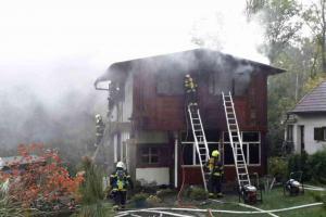 Oheň v Heřmanově Městci zničil chatu. Majitelé lítostí zkolabovali