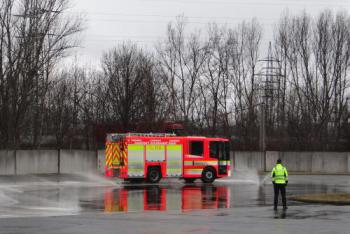 Rychle a zběsile. Čeští a polští hasiči cvičí extrémní jízdy v Ostravě-Přívoze (VIDEO)