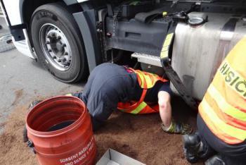 Ostravští hasiči zachytávali na dálnici D1 naftu z litevského kamionu