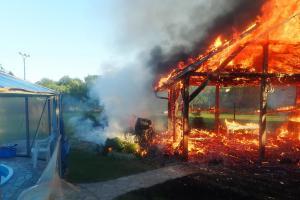 Požár pergoly u rodinného domu v Lužkovicích popálil majitelku na hlavě