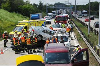Pátek plný zdržení. Hasiči zasahovali u nehody několika aut na Pražském okruhu