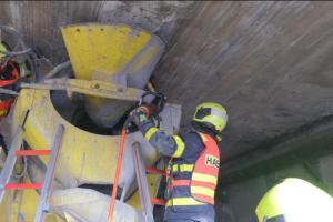 Nepozorný řidič napasoval domíchávač betonu pod most. Značky nerespektoval