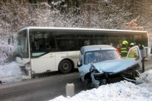 Nehoda osobního vozu s autobusem na Zlínsku si vyžádala dvě zranění