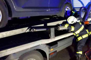 Muže z pod návěsu vyprostili hasiči. Bohužel už mrtvého