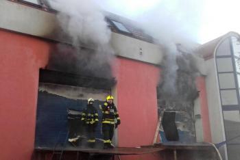 Smutek pražských hasičů. Jejich kolega a kamarád svým zraněním podlehl