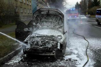Ranní horká chvilka pro řidičku. Plameny ji vyhnaly z auta, pak vůz zcela zničily