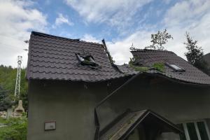 V tu ránu byla vejpůl. Vzrostlý strom rozčísl střechu rodinného domu