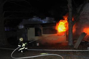 Někdo se asi chtěl ohřát. V bývalých garážích v Praze 6 vypukl požár