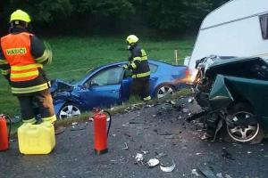 Dvě osobní auta a tři lidé zraněni. Po bouračce na Blanensku