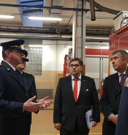 Premiér Babiš zavítal na hasičskou stanici v Příbrami. Čelil i otázkám