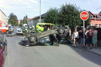 Tři osoby se zranily při dopravní nehodě dvou osobních vozidel