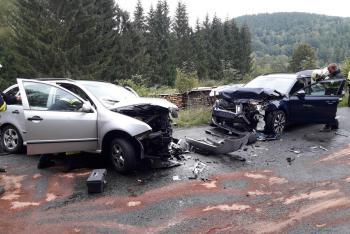 Dva zranění při nehodě dvou osobáků. Cestoval i pes, ten vyděšený utekl