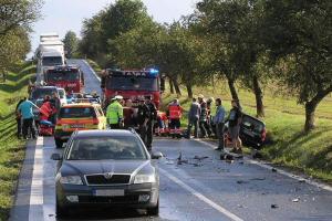 Nehodu dvou osobáků s kamionem jeden řidič nepřežil