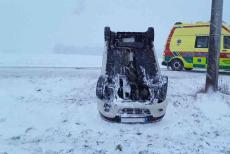 Řidičkám zima zrovna nepřeje. U Jinošova jedna havarovala a zranila se