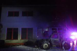Noční požár nakladače a dílny ve Vrbně po Pradědem