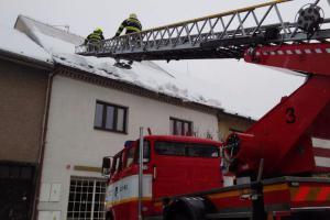 Extra: Nebezpečí sněhové nadílky číhá teď i na střechách domů