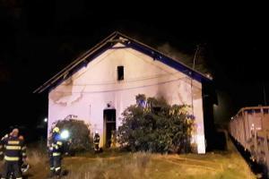 Hořel, ale cenu žádnou neměl. Požár drážního domku v Prostějově
