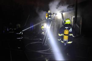 Sedm jednotek zasahovalo u požáru jednopodlažní budovy v pražských Vršovicích