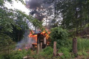 Hasiči při požáru lesní chatky na Novojičínsku objevili mrtvolu