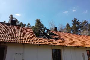 Osm jednotek zasahovalo u požáru střechy v Kostelci nad Vltavou