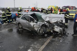 K vážné nehodě u Horního Bousova letěl vrtulník. Zraněno i jedno dítě
