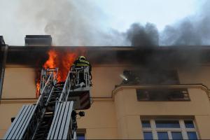 Při požáru bytu v pražských Holešovicích došlo k výbuchu. Čtyři hasiči zranění