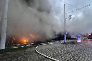 Aktuálně: Požár v pražské Modřanské ulici. Hasiči s ohněm úporně bojují