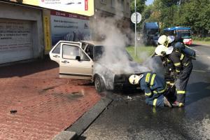 Nehas, co tě nepálí. Řidič neposlechl a svůj hořící vůz stejně neuchránil