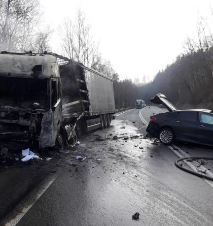 Srážka osobáku s náklaďákem u Votic. Jeden z řidičů nepřežil (VIDEO)