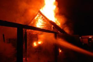Časný ranní poplach pro hasiče: V kempu Radava shořela chata