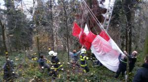 Paraglidistka uvízla v koruně stromu. Záchranu moc neumožňoval