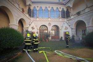 Na cvičný požár v žlebském zámku se sjely jednotky ze tří krajů