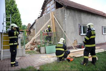 V pražských Řepích zeď hrozila pádem. Zajistit ji museli hasiči