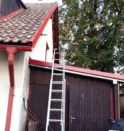 Hasiči zachránili v Raškovicích ženu, která spadla při úpravě sedlové střechy