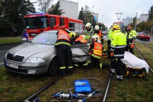 Po střetu automobilu a tramvaje hasiči museli vyprostit jednu osobu
