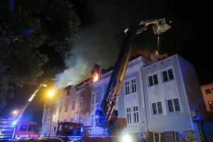 Rozsáhlý požár neobývaného domu v Plzni. Proč hořel, se zatím neví