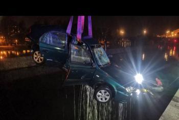 Na Kampě sjelo auto do Vltavy, řidiče vylovili potápěči (VIDEO)