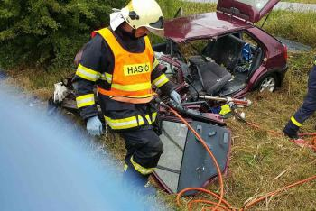 Při nehodě dvou osobních aut na Pardubicku zemřela řidička