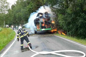 Sláma na přepravníku začala hořet, traktorista oheň sám nezvládl
