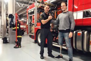 Motorkář přišel poděkovat hasičům z Chrudimi. Zachránili mu život