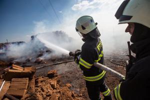 V Říkově likvidovali hasiči požár balíků s kokosovým vláknem