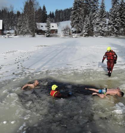 Čágo belo šílenci! Výcvik jabloneckých hasičů na zamrzlé hladině