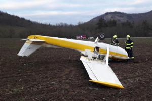 Přistáli na poli, letadlo se na Berounsku převrátilo